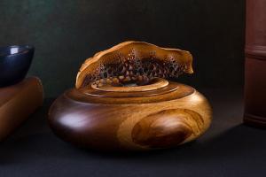 14. Александр Съедин, шкатулка, 2018, орех, дуб, яблоня.