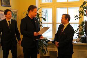 Председатель ТСПХ И.Игнатков награждает Медалью ТСПХ депутата МГД В.Скобинова